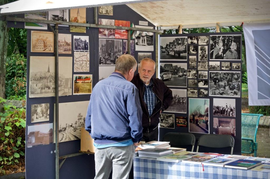 Veel interesse bij de kraam van de Historische Vereniging Heiloo. Foto: STiP Fotografie © Uitkijkpost Media B.v.