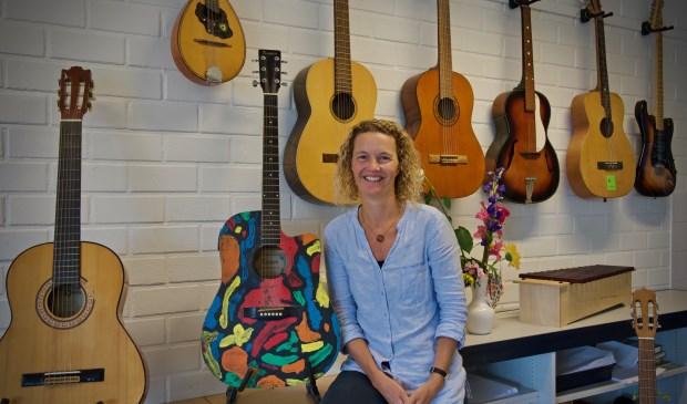 Susan Groot met haar kleurengitaar welke zij ooit op een veiling bij de St. Radboud gekocht heeft.