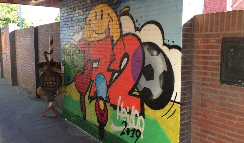 Het boegbeeld dook op naast de kersverse kleurrijke graffiti.