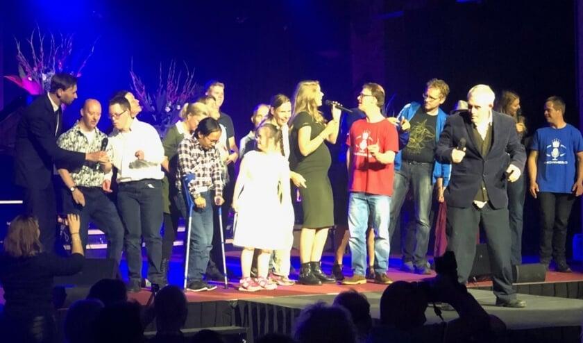 Sanne Mallant op het podium met de Showhero-sterren