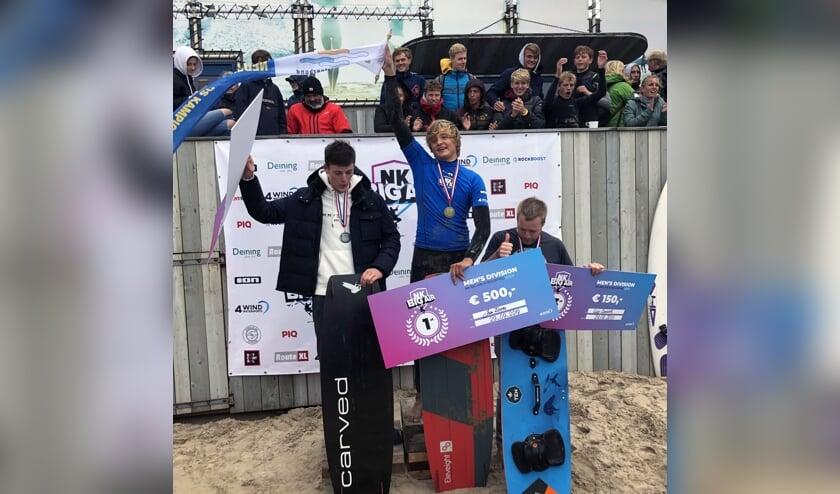 Jan Zoon (midden) won de herenfinale en ging er met de titel vandoor.