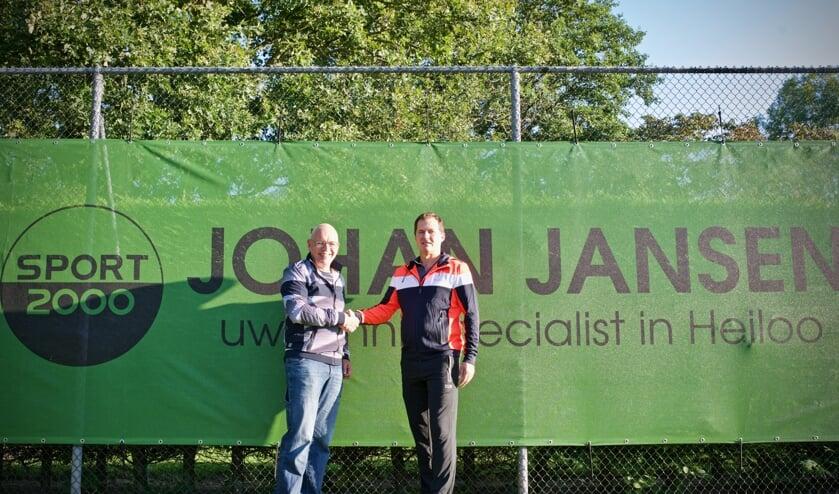 Voorzitter Gert Jan van Steenis schudt de hand van Marc Niesten van Sporthuis Johan Jansen.
