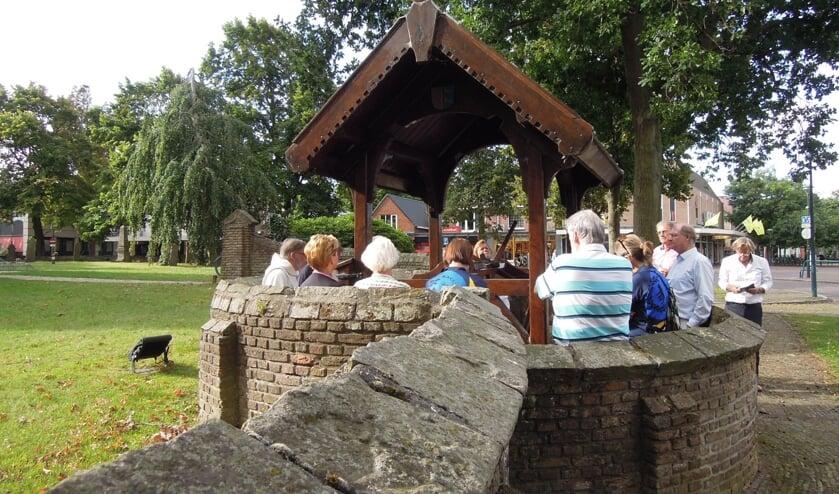Bij de start van hun tocht voeren de pelgrims een ritueel uit bij de Willibrordusput.