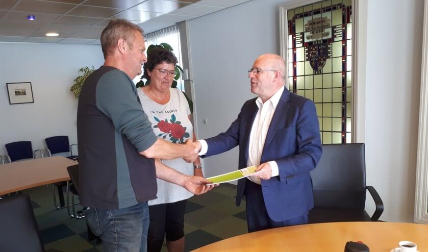Jos en Greta Ham van J. Ham Transport en Fred Dellemijn, wethouder gemeente Heiloo, tijdens de ondertekening van de  overeenkomst.