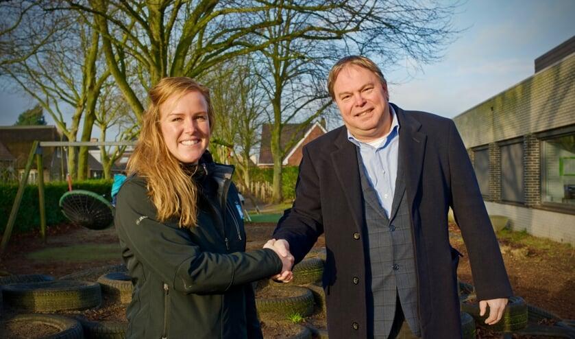 Buurtsportcoach Kim Groen en wethouder Rob Opdam schudden elkaar de hand.