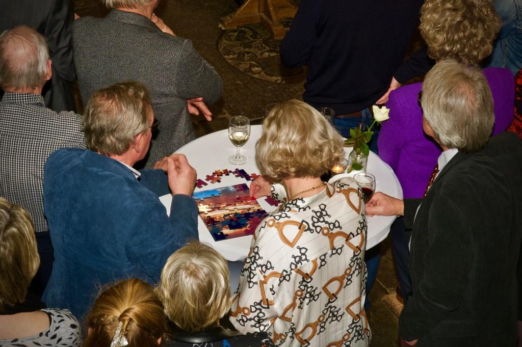 Er werd druk gepuzzeld aan de statafels. Foto: STiP Fotografie © Uitkijkpost Media B.v.
