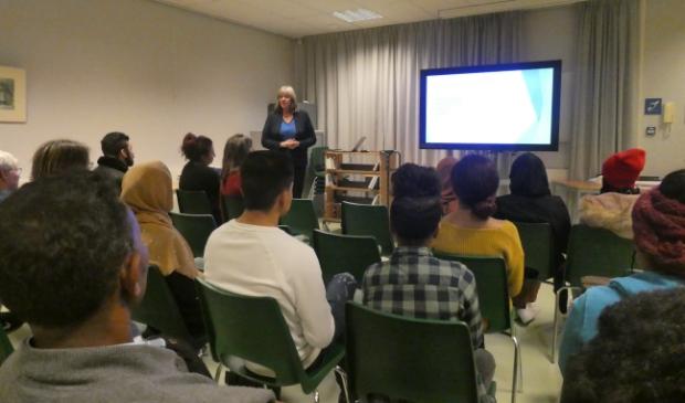 Bernadette Sprenkeling vertelt de jongeren over kansen en mogelijkheden binnen het onderwijs in Nederland.