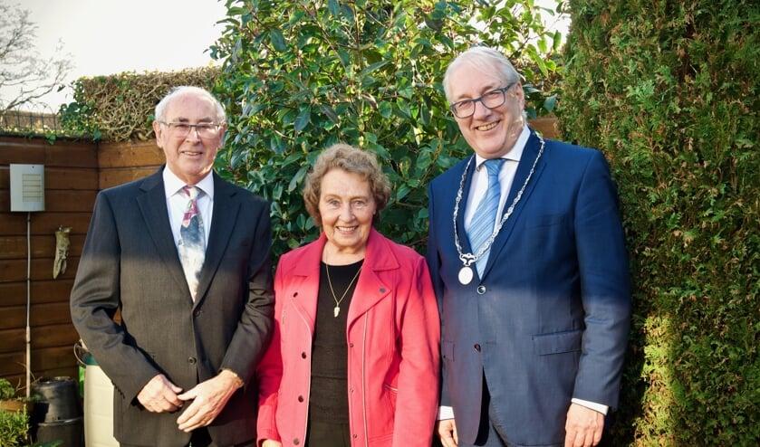 Het diamanten echtpaar samen met de burgemeester in de tuin van hun woning.