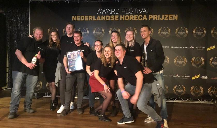 Het team van café 't Portiertje ontvangt de award van Jan Versteegh.
