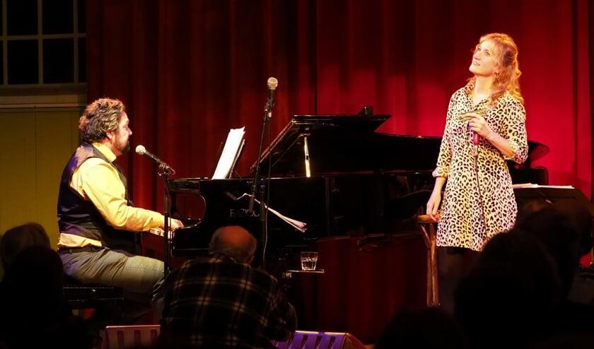 Pianist Mike Boddé en mondharmonicaspeelster Hermine Deurloo brengen samen met zangeres Lilian Vieira een ode aan de grondlegger van de bossanova.