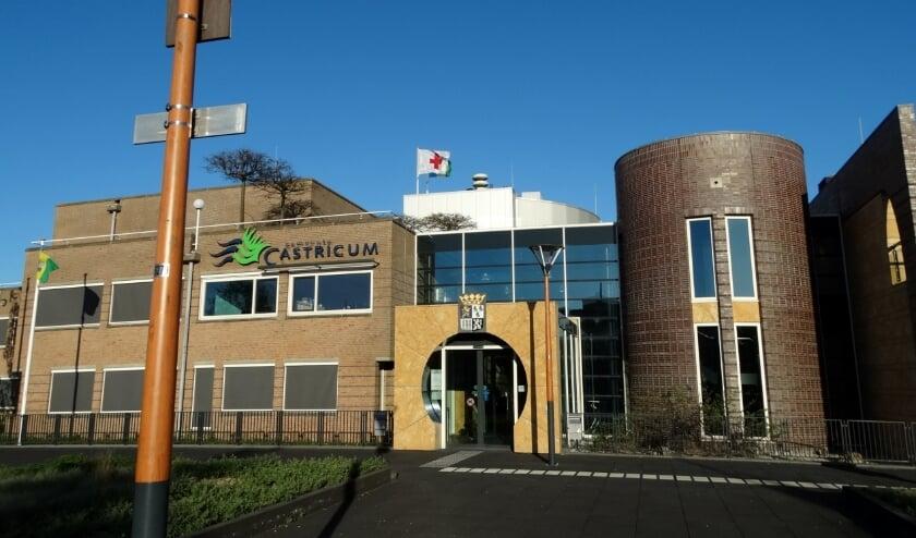 <p>Het gemeentehuis is woensdagavond 25 november oranje verlicht</p>
