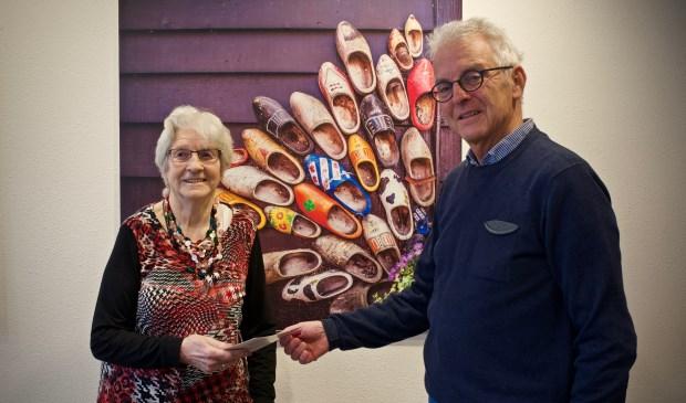 Uit handen van voorzitter Henk van der Werf kreeg mevrouw Ligthart de eerste folder.