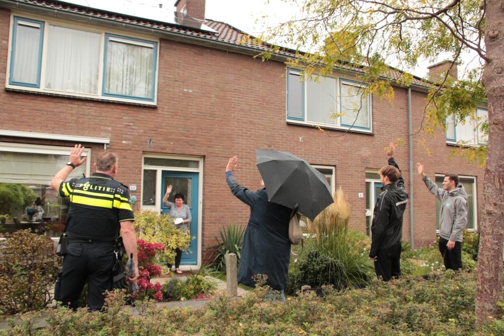 <p>De wijkagent, wethouder Elly Beens, buurtsportcoach Bart en jongerenwerker Maarten staan tijdens een korte wandeling even stil bij de Week van de Eenzaamheid.&nbsp;</p>