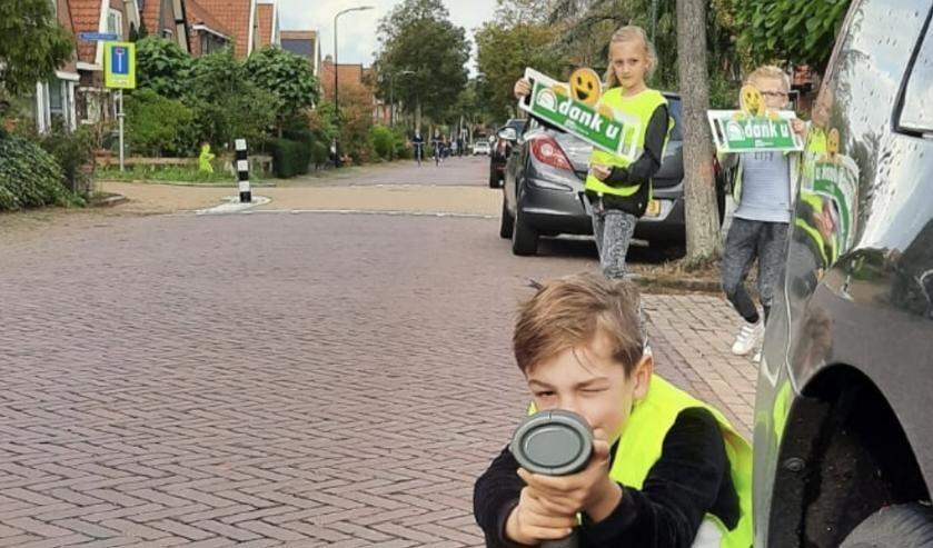 <p>Eerder gingen een aantal bewoners van de Zevenhuizerlaan in Heiloo de straat op voor een veiligere straat.&nbsp;</p><p>Samen met Veilig Verkeer Nederland vragen ze op een ludieke manier om langzaam te rijden.</p>