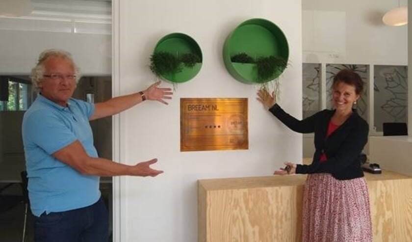 <ul><li>Dick Tromp en directeur-bestuurder Krista Walter van Kennemer Wonen bij het BREEAM Certificaat in De Plataan in Heiloo.</li></ul>