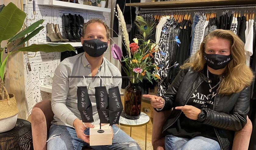 <p>Bram en Mandy met het limited edition mondkapje in Sunny Dreams.</p>