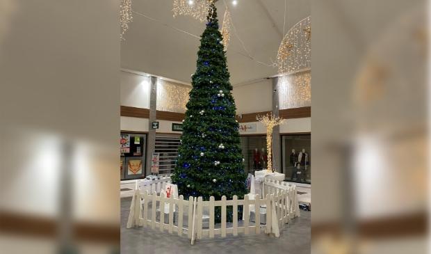 <p>Reusachtige kerstboom in &#39;t Loo!</p>