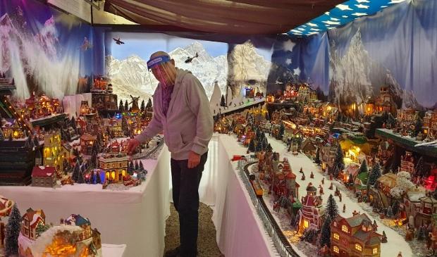 <p>Ron de Boer &quot;Toevallig staan de inwoners van het kerstdorp keurig op afstand van elkaar&quot;.</p>