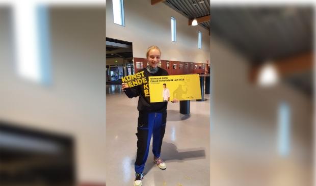 <p>Anne Cappendijk is trots op haar eerste prijs in de categorie Expo tijdens de finale Kunstbende 2020.</p>