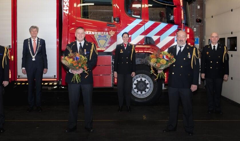 <p>v.l.n.r.: Pascal Sprenkeling, burgemeester Toon Mans, Ronald Sprenkeling, teamcommandant Elleke van Lingen, Hans Huisman en ploegchef Jacques van Beek</p>