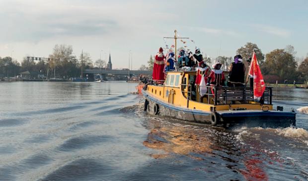 Sint en Pieten arriveren zonder publiek in Uitgeest en surfen door via internet!