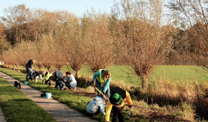<p>Op een mooie najaarsdag worden 10.000 bloembollen geplant van het plantenestafette. Er word geplant door kinderen van de Scouting en door cliënten van het ggz.</p>