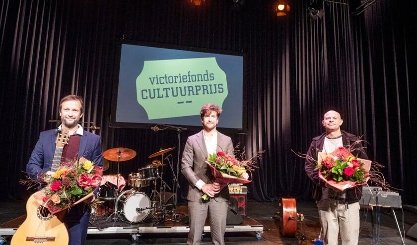 <p>Thijs Prein (midden) viel dubbel in de prijzen bij de Victoriefonds Cultuurprijs.&nbsp;</p>