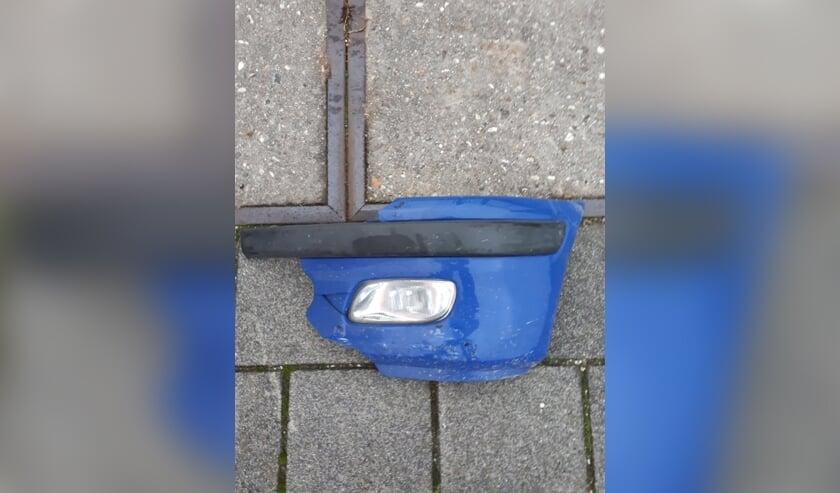 <p>Dit stuk bumper is achtergebleven op de Geesterweg</p>