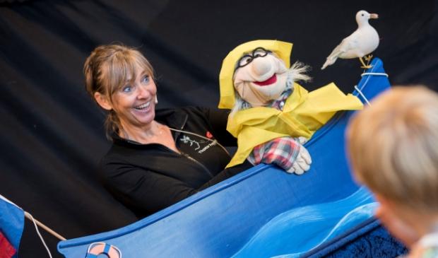 <p>Tineke Jonkman kan haar creativiteit kwijt in haar Theater Poppekus.</p>