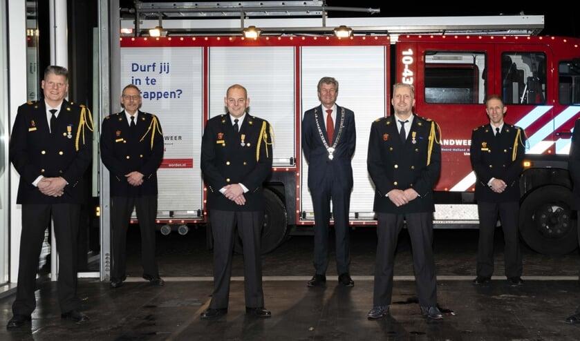 <p>1e rij: Kees Admiraal, Marco Kerssens, Jos Admiraal en Bas Meegdes<br>2e rij: Antoon Pepping, burgemeester Toon Mans, Hakan Meijer</p>