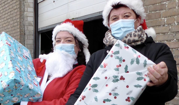 <figcaption>Esther en Tamara brengen de kerstpakketten rond.&nbsp;</figcaption>