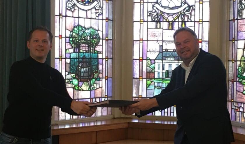 <p>Bram Bruin (links) en wethouder Rob Opdam ondertekenden eind vorig jaar de uitvoeringsovereenkomst.</p>