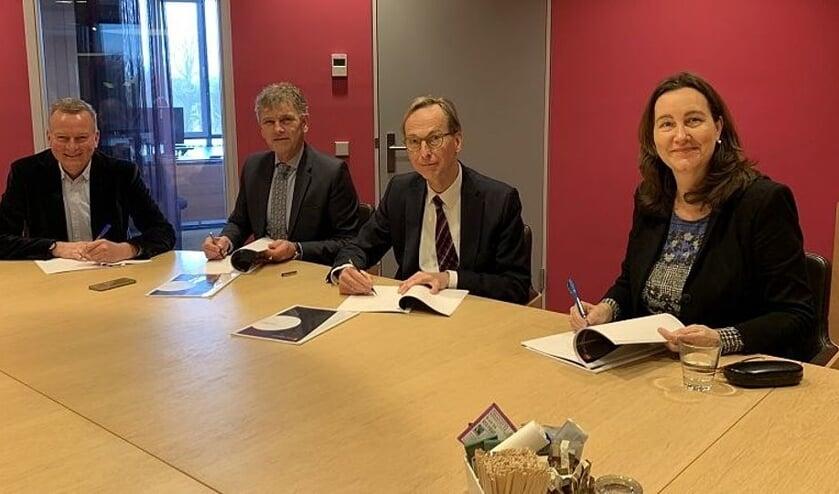 Burgemeesters Frank Dales (Velsen), Martijn Smit (Beverwijk), Gerrit Goedhart (Uitgeest) en Mieke Baltus (Heemskerk) ondertekenen de samenwerkingsovereenkomst Meld Misdaad Anoniem.