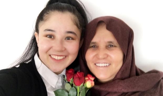 Khadija gaf haar moeder Nikbakht rozen op Vrouwendag.