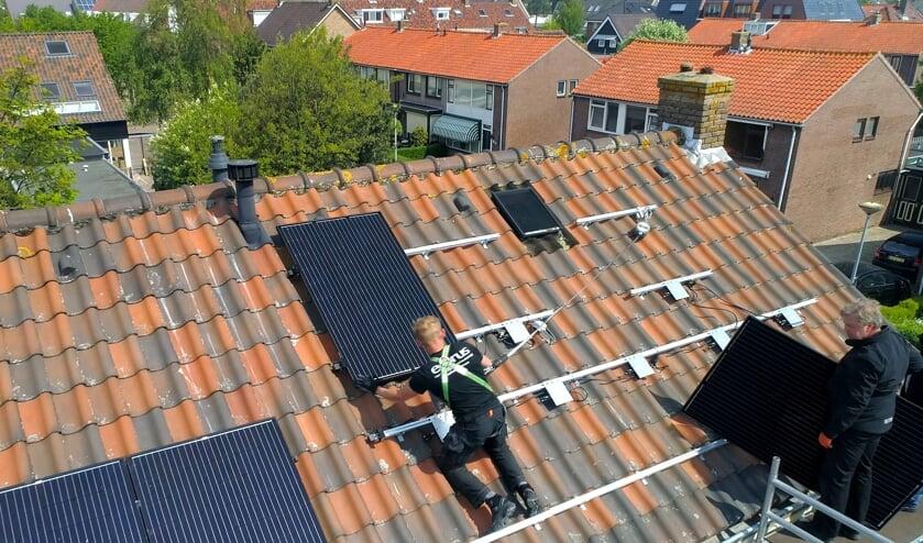 Installatie van zonnepanelen op het dak bij een huurwoning in Egmond.