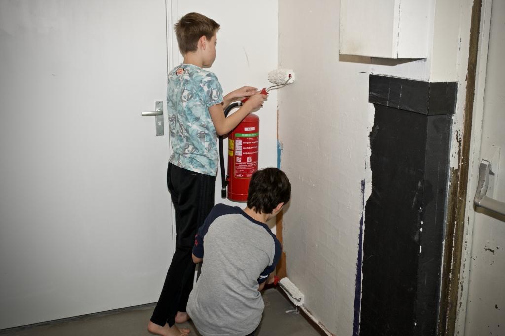 Jesse en Marco zijn druk aan het schilderen bij de BukBuk. Foto: STiP Fotografie © Uitkijkpost Media B.v.