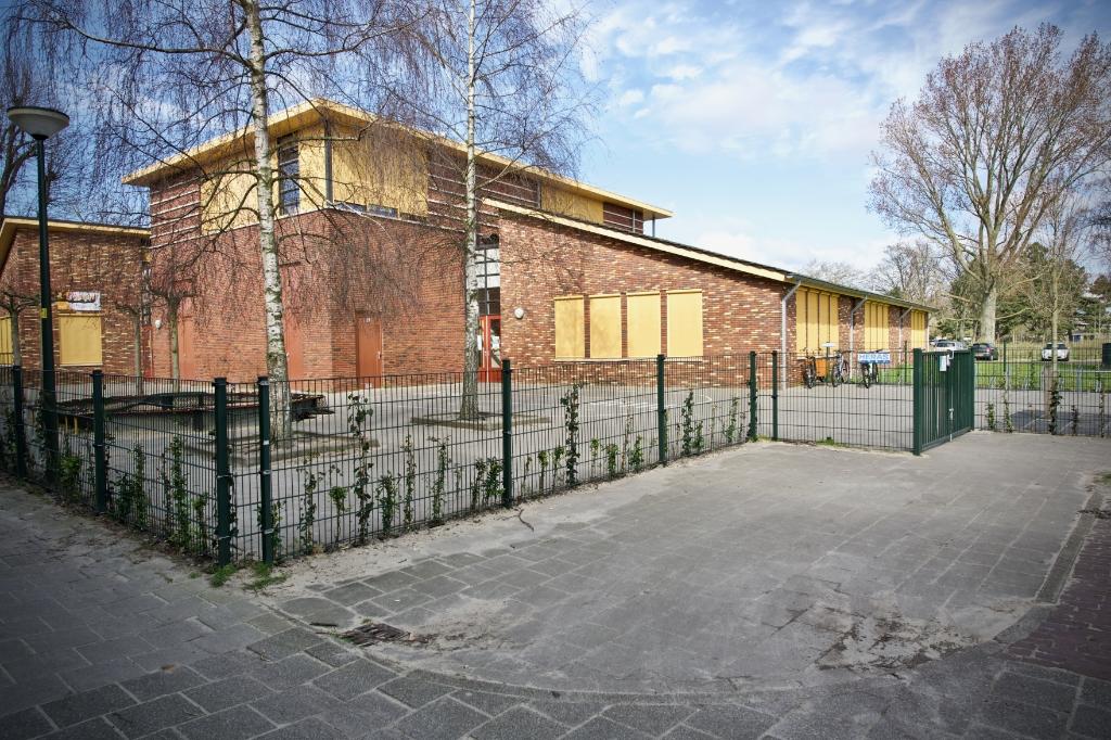 Ook op het schoolplein van de kleuters van de Benedictusschool heerst totale rust. Foto: STiP Fotografie © Uitkijkpost Media B.v.