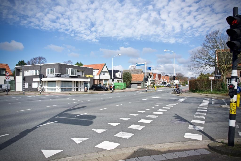 Het kruispunt Kennemerstraatweg, Stationsweg, Kanaalweg is nagenoeg verlaten. Foto: STiP Fotografie © Uitkijkpost Media B.v.