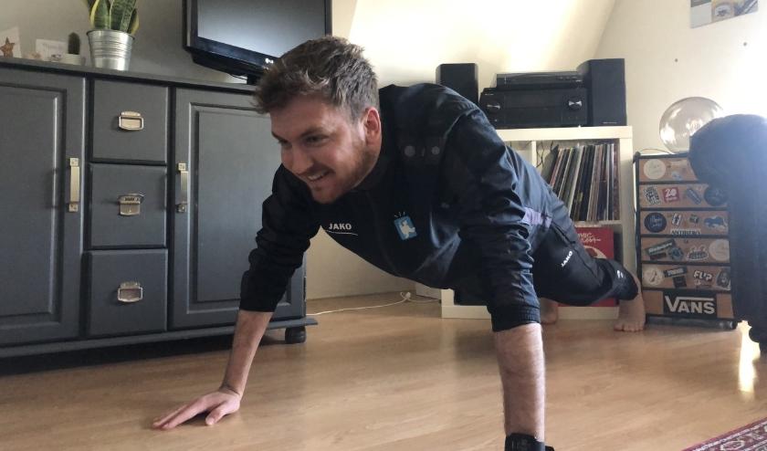 Veel sportaanbieders bieden nu online lessen aan, zodat je thuis je workout kan doen, net zoals de buurtsportcoach hier.