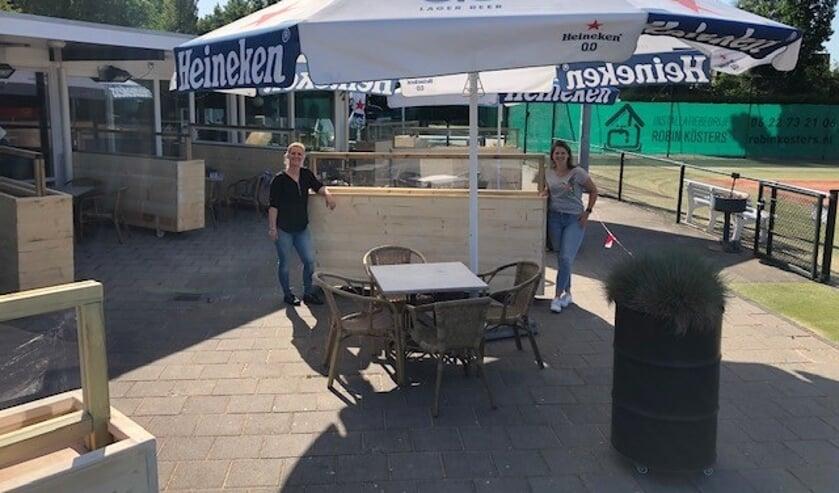 Chantal Groot (l) en Laura Hemmekam (r) zijn er klaar voor.