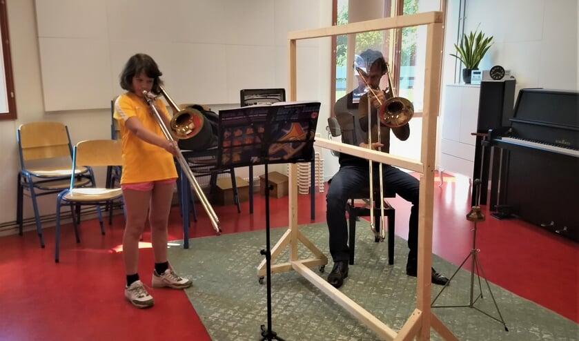 Ruud Pletting, trombonedocent en Judith, 9 jaar, tromboneleerling