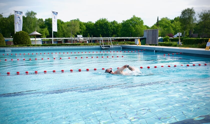 Rogier Swarts uit Heiloo ging als eerste het water in tijdens het zwemseizoen 2020.