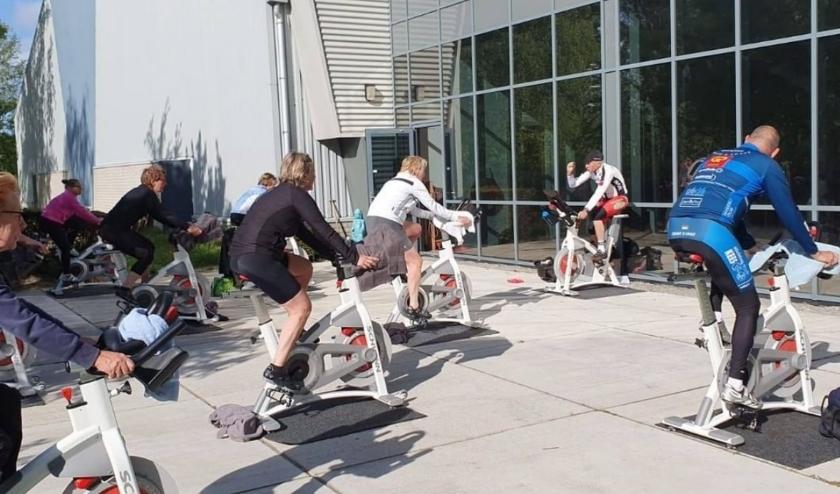 Ook bij Dorssports in Heiloo wordt het buiten sporten goed ontvangen. Wat is buiten sporten fijn! De outdoor lessen worden druk bezocht.