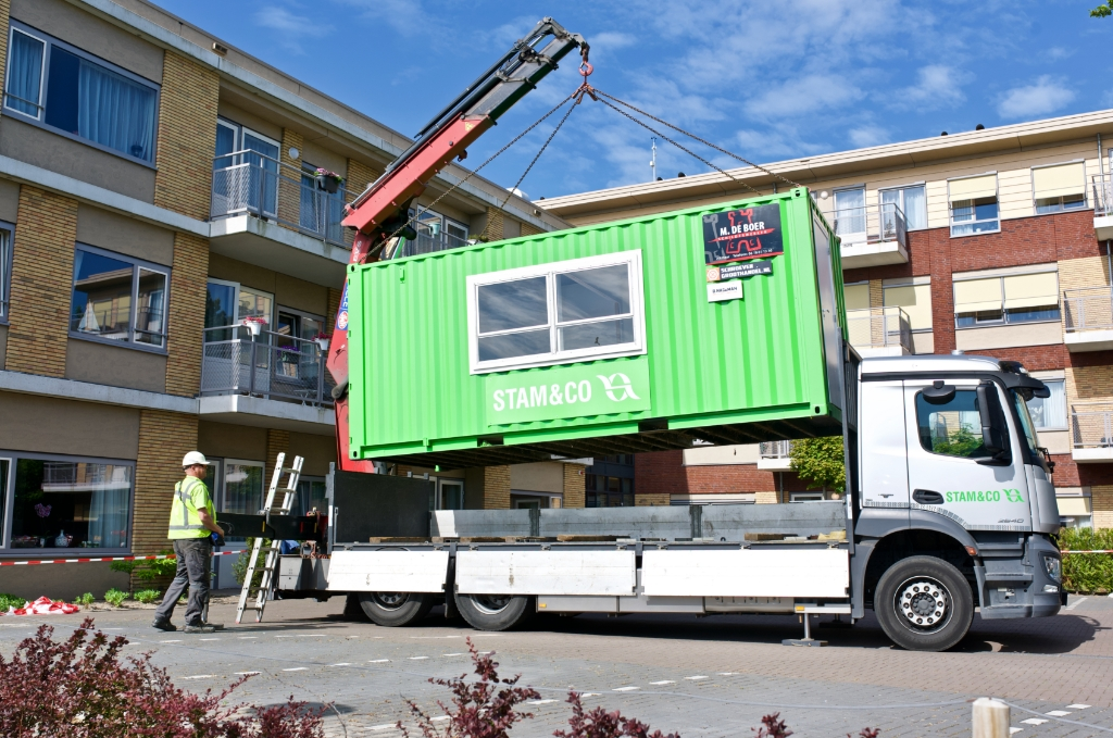 De container wordt op zijn plaats gezet. Foto: STiP Fotografie © Uitkijkpost Media B.v.