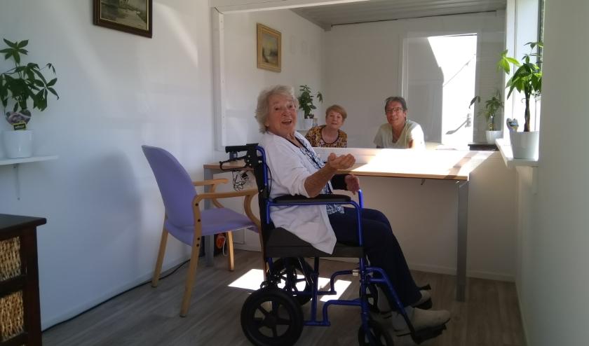 Mevrouw van Tricht mocht als eerste bezoek ontvangen in de 'babbelbox'.