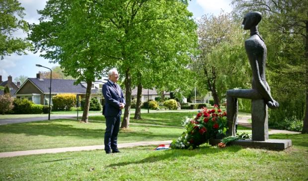 De burgemeester legt de krans alleen en zonder publiek bij herdenkingsmonument 'De  Man van Vught'.  Foto: STiP Fotografie © Uitkijkpost Media B.v.