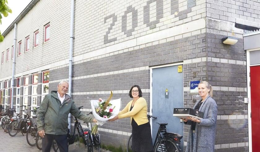 (VLNR): Cees Beentjes Uitgeest), Carola van der Eng (directeur de Wissel) en Linda Zuidervaart (pedagogisch medewerker kinderopvang de Speeltuin).