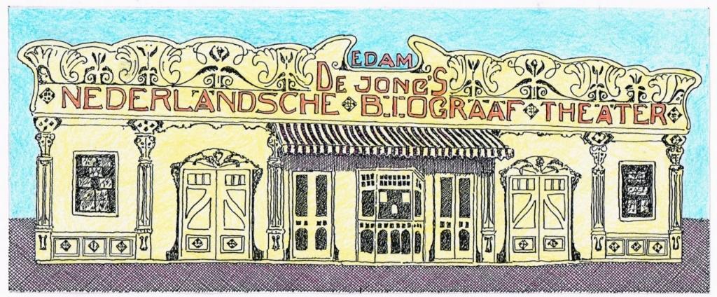 De reisbioscoop van De Jong uit Edam. Het front was uitgevoerd in jugendstil. Jarenlang heeft het theater tijdens kermissen op het erf van herberg De Halve Maan gestaan. Er werden 'stomme films' vertoond. Het theater kwam niet alleen tijdens de kermis naar Uitgeest. Op andere tijdstippen stond het op het Ooievaarsterrein aan de Middelweg naast d'Artzenijhoff of aan de Langebuurt tegenover café De Landbouw op het grasveld van Duinmaijer. Foto: Vereniging Oud Uitgeest © Uitkijkpost Media Bv.