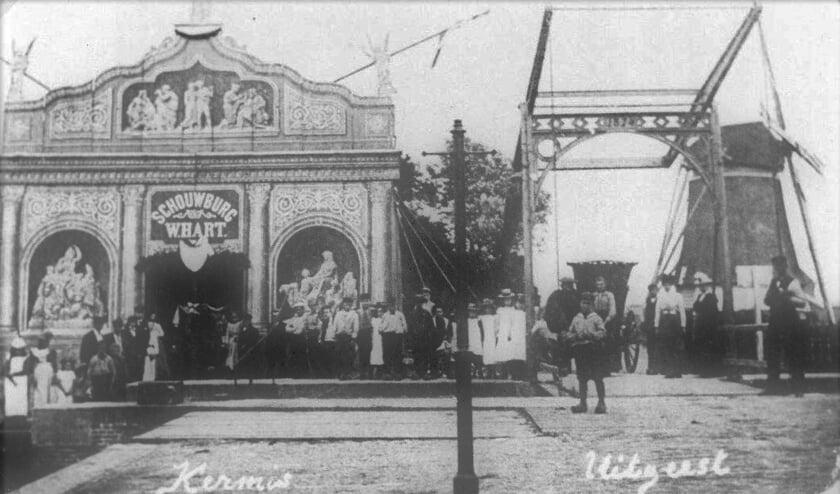 Links de schouwburg van Willem Hart, aan de oostkant van de sluis. Rechts ervan de ophaalbrug over de sluiskom en erachter meelmolen De Krijgsman (1902).