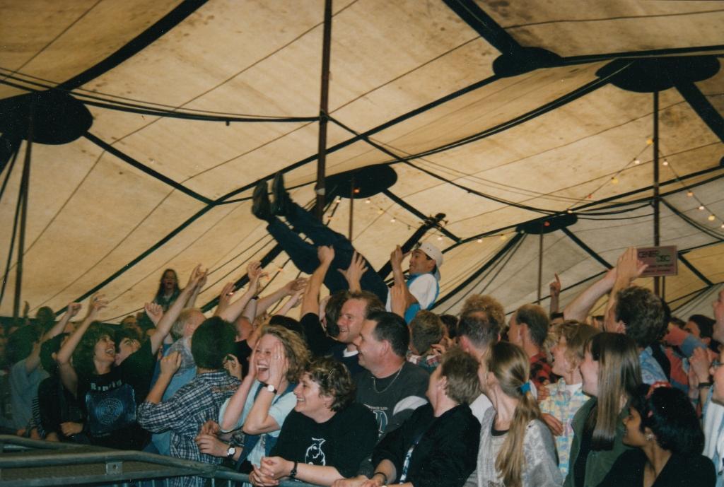 Een dolle boel in de tent (1995). Foto: aangeleverd © Uitkijkpost Media B.v.